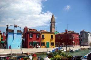 Färgglada hus och en knasig kampanil i Burano.