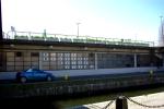 Tvärsöver själva slussrännan - från Karl Johans torg. Här får man tänka sig välputsade fönster i fasaden.