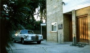 En silverfärgad Mercedes!